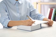 Autógrafo de assinatura do escritor no livro na tabela foto de stock