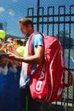 Autógrafos de assinatura de Marin Cilic do jogador de tênis profissional após a prática para o US Open 2014 Imagem de Stock Royalty Free