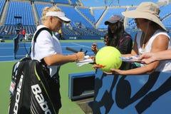 Autógrafos de firma de Caroline Wozniacki del jugador de tenis profesional después de la práctica para el US Open 2014 Foto de archivo