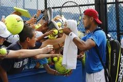 Autógrafos de firma de Jo-Wilfried Tsonga del jugador de tenis profesional después de la práctica para el US Open 2014 Foto de archivo libre de regalías