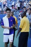 Autógrafos de firma de Kei Nishikori del jugador de tenis profesional después de la práctica para el US Open 2014 Fotografía de archivo libre de regalías