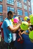 Autógrafos de firma de Marin Cilic del jugador de tenis profesional después de la práctica para el US Open 2014 Fotos de archivo
