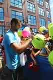 Autógrafos de firma de Marin Cilici del jugador de tenis profesional después de la práctica para el US Open 2014 Imágenes de archivo libres de regalías