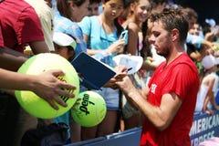 Autógrafos de firma de Stanislas Wawrinka del jugador de tenis profesional después de la práctica para el US Open 2013 Imagenes de archivo