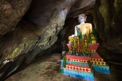 Autel chez le Tham Hoi Cave dans Vang Vieng Image stock