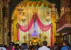 Autel d'église catholique décoré pour des services de réveillon de Noël Photographie stock