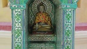 Autel de prière en monastère de Popa Taungkalat banque de vidéos