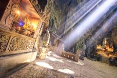 Autel en pierre illuminé par un rayon de soleil photos stock