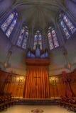 Autel en verre souillé d'organe de pipe à la cathédrale de grace photographie stock