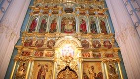 Autel et iconostase d'église orthodoxe allumés banque de vidéos