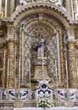 Autel latéral de la cathédrale de Duomo comportant une statue de notre Madame de l'hypothèse dans Lecce, Italie Photo libre de droits