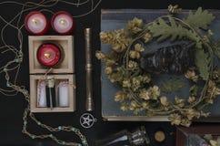Autel occulte avec le visage du ` s de casserole, guirlande des houblon Photographie stock libre de droits