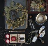 Autel occulte avec le visage du ` s de casserole, guirlande des houblon Image libre de droits