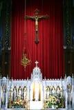 Autel traditionnel d'église catholique photographie stock