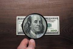 Cientos dólares de autentificación del billete de banco foto de archivo