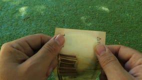 Autentificación de un billete de banco a mano almacen de video