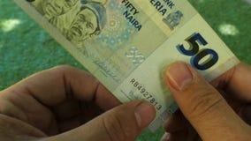 Autentificación de un billete de banco a mano metrajes