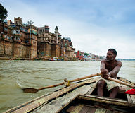 Autentisk båtuthyrare på floden Ganges, Varanasi, Indien. Royaltyfri Fotografi