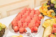 Autentisk buffé, blandade nya frukter, bär och citrus Förberedelse för idérik meny för design Royaltyfria Foton