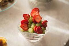Autentisk buffé, blandade nya frukter, bär och citrus Förberedelse för idérik meny för design Arkivbild