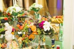 Autentisk buffé, blandade nya frukter, bär och citrus Förberedelse för idérik meny för design Royaltyfri Fotografi