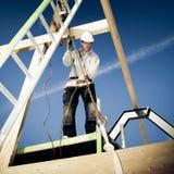 Autentisk byggmästare med stegen och vinschen Arkivbilder