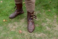 Autentiska medeltida läderskor med bucklor royaltyfria foton