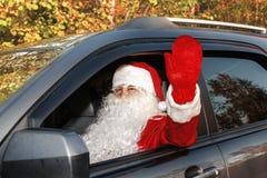 Autentiska Santa Claus Santa Claus kör en bil Arkivfoto