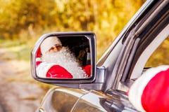 Autentiska Santa Claus Santa Claus kör en bil Arkivfoton
