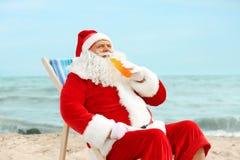 Autentiska Santa Claus med flaskan av att koppla av för drink Royaltyfri Foto