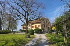 Autentiskt schweiziskt landshus Arkivbild