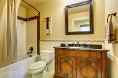 Autentiskt stilbadrum med den avrivna duschgardinen Royaltyfri Fotografi