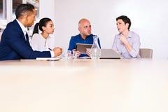 Autentyczna grupa ludzie biznesu siedzi przy konferencyjnym stołem obraz royalty free
