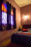 Autentyczna Marokańska sypialnia w tradycyjnym riad fotografia stock