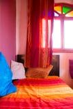 Autentyczna Marokańska sypialnia w tradycyjnym riad obrazy stock