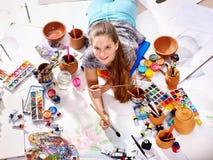 Autentyczne artystów dzieci dziewczyny farby na podłoga Odgórny widok obrazy stock