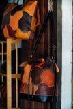 Autentyczne kobiety ` s rzemienne torby i kiesy w handmade sklepie Zdjęcie Royalty Free