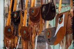 Autentyczne kobiety ` s rzemienne torby i kiesy w handmade sklepie Fotografia Stock
