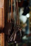 Autentyczne kobiety ` s rzemienne torby i kiesy w handmade sklepie Zdjęcia Stock