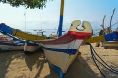 Autentycznej Bali wyspy drewniane i kolorowe łodzie zdjęcie royalty free