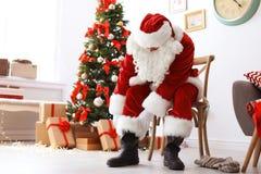Autentyczny Święty Mikołaj kładzenie na tradycyjnym kostiumu fotografia stock