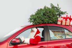 Autentyczny Święty Mikołaj napędowy czerwony samochód z prezentów pudełkami fotografia royalty free