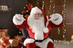 Autentyczny Święty Mikołaj pokazuje śmiesznych gesty Zdjęcia Royalty Free