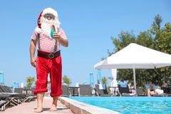Autentyczny Święty Mikołaj z koktajlu pobliskim basenem zdjęcia royalty free