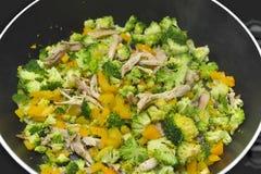 Autentyczny azjatykci jedzenie w metalu pucharze na indukcji kuchence obrazy royalty free