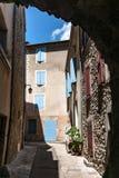 Autentyczny Francuski miasteczko z wąskimi ulicami, kolorowymi domami i a, Fotografia Royalty Free