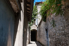 Autentyczny Francuski miasteczko z wąskimi ulicami, kolorowymi domami i a, Zdjęcia Stock