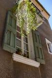 Autentyczny Francuski miasteczko z wąskimi ulicami, kolorowymi domami i a, Obraz Royalty Free