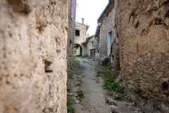 Autentyczny Francuski miasteczko z wąskimi ulicami, kolorowymi domami i a, Zdjęcie Royalty Free