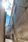 Autentyczny Francuski miasteczko z wąskimi ulicami, kolorowymi domami i a, Zdjęcia Royalty Free